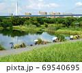 淀川左岸の城北ワンドで釣りをする人たち(大阪市旭区で8月撮影) 69540695