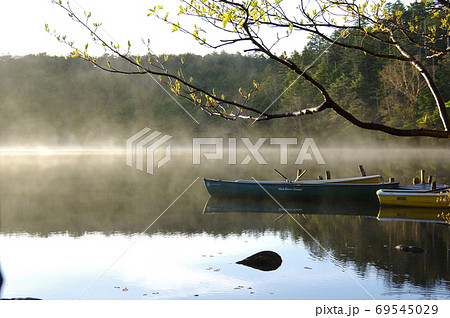 長野県にある白駒池で撮影した湖畔に浮かぶボートと朝霧 69545029