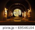 丸いステンドグラスを見守る聖人像 69546104