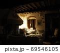 暖炉とソファのある夜のリビングルーム 69546105