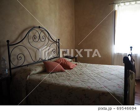 綺麗に整えられた洋室ベッドルーム 69546694