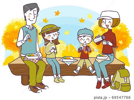 秋の行楽を楽しむ4人家族 69547766