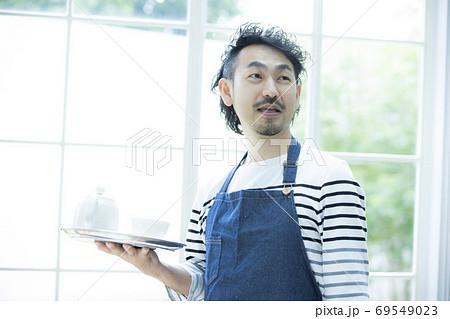 カフェ 飲食店 店員 69549023