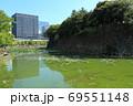 北の丸公園・清水濠と竹橋のオフィス街 69551148