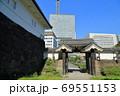江戸城跡・清水門とオフィスビル群 69551153