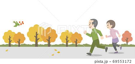 屋外でジョギングをする老夫婦 69553172