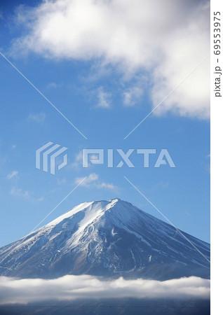 雲が上空と中腹にある冬の朝の富士山 69553975