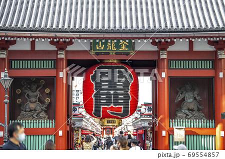 日本の東京都市景観 東京・浅草寺の人出=2020年9月11日 69554857