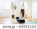 部屋の中で運動をする若い女性 69555124