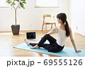 部屋の中で運動をする若い女性 69555126