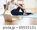 部屋の中で運動をする若い女性 69555131