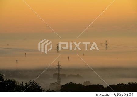 東松山市物見山山頂から雲海と送電線鉄塔 69555304
