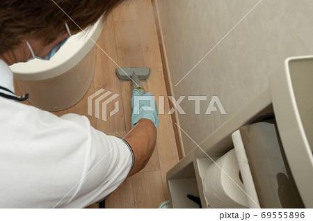 スチームクリーナーでトイレ床掃除 69555896