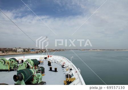 スエズ運河を通過するクルーズ船と晴れた空 69557130