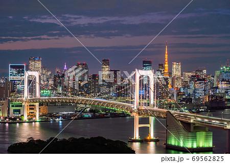 (東京都)東京ウォーターフロント レインボーブリッジ トワイライト 69562825