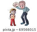 怒っているおじいさんと怒られている小学生 69566015