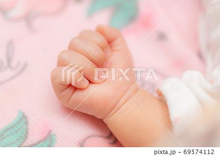 生まれたての赤ちゃんの手 69574112