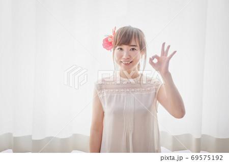 ハイビスカスの髪飾りをつけた女性 69575192