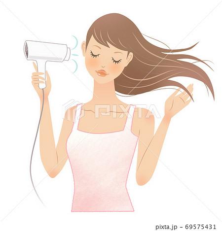 ドライヤーで髪を乾かす女性(目を閉じる) 69575431
