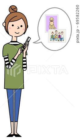 スマホを操作する若い女性 ママ 69582260