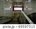 メトロ 丸ノ内線 西新宿駅 池袋方面 階段とエスカレーター 69597315