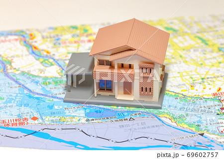 住宅のミニチュアと洪水ハザードマップ 69602757