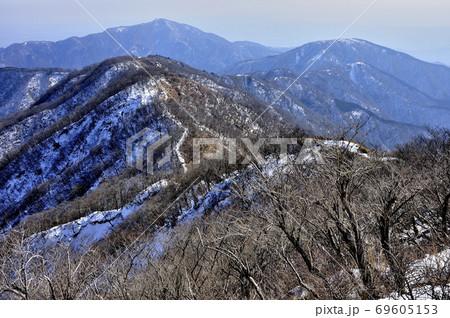 冬の丹沢山地 塔ノ岳より雪の表尾根と大山 69605153