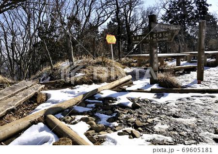 冬の丹沢山地 雪景色の新大日山頂 69605181