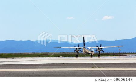 真夏の陽炎に揺れる離陸前の飛行機 69606147