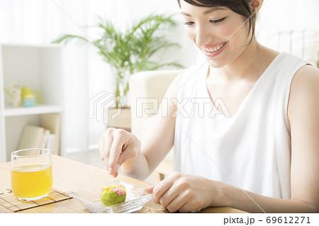 和菓子を食べる女性 69612271