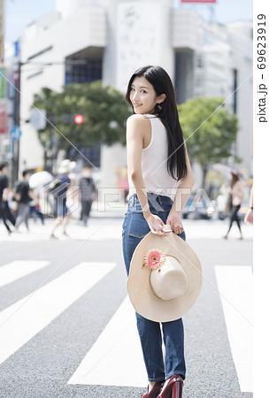 渋谷スクランブル交差点 振り返る女性 69623919