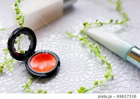 化粧品のファンデーションと赤いチーク 69627336