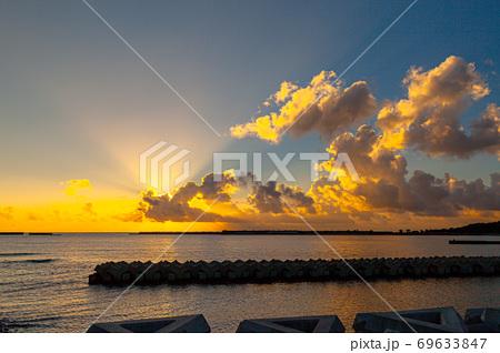 真夏の朝焼けに映える宮之浦港から太陽光・環境・エコのイメージ表現 69633847