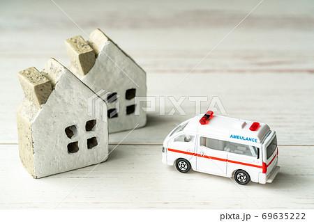 住宅に駆けつける救急車両 69635222