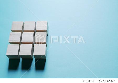 間隔をあけて縦横三列に並んだ木製キューブと右側のコピースペース 69636587