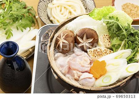 定番の人気鍋料理_鶏の水炊き 69650313