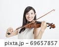 バイオリンを弾く女性 69657857