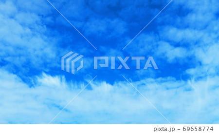 刷毛で刷いたような雲のある青空の風景 69658774