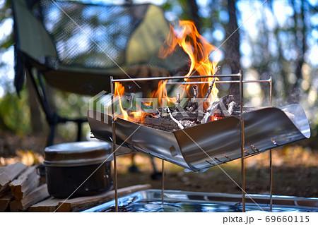 キャンプ写真 焚火台 炎 69660115