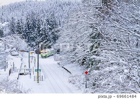 雪景色の滝谷駅と只見線の列車 福島県柳津町 69661484