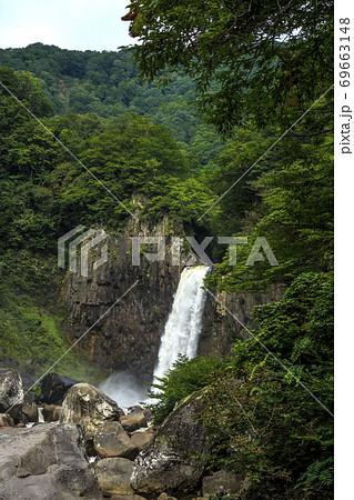 新潟県妙高市大字杉野沢 妙高高原の苗名滝 69663148