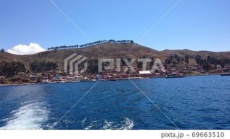 ボリビアのチチカカ湖の空と陸と湖 69663510