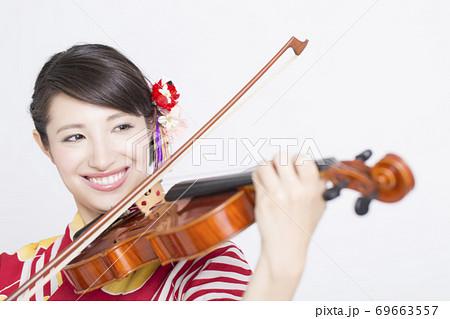 バイオリンを弾く浴衣姿の女性 69663557