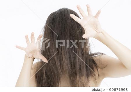 脅かす女性 69671968