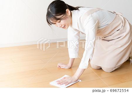 床ふきする家事代行の若い女性スタッフ 69672554