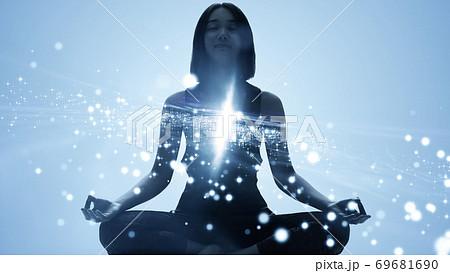 マインドフルネス 精神統一 瞑想をする女性 69681690