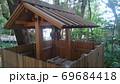林の中にある つるべ井戸の木造の柵と屋根 69684418