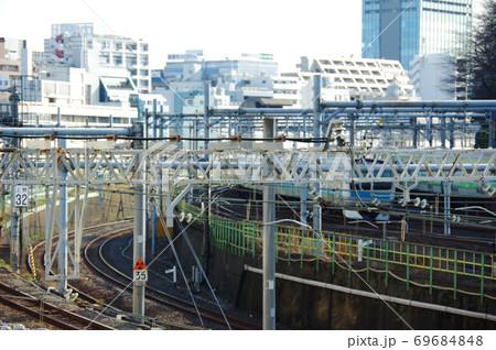 東京都心の複線化された線路と周辺の高層ビル 69684848