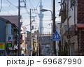 下町の名残が残る東京台東区日本堤からみたスカイツリー 69687990
