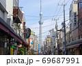 下町情緒残る東京合羽橋道具街から見た東京スカイツリー 69687991